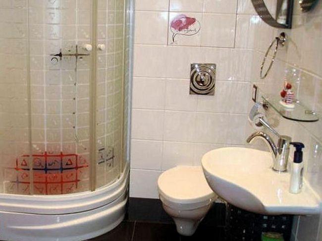 Ванна з душовою кабіною - це зручне рішення, тепер можна в кімнаті розмістити також пральну машину.