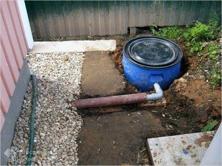 Підключена труба каналізації до бочки