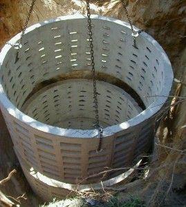 Установка бетонних кілець в яму