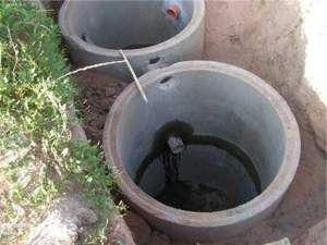Бетонні кільця у вигрібній ямі
