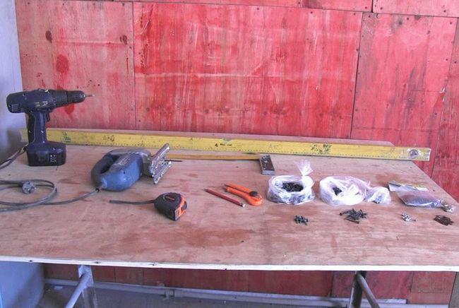 Інструменти і матеріали, необхідні для створення обрешітки під ПВХ панелі