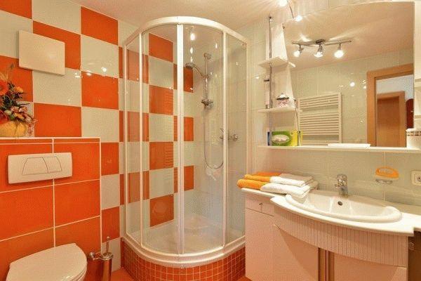 Щоб не помилитися у виборі плитки, потрібно врахувати безліч деталей, починаючи від освітлення у ванній і закінчуючи розташуванням сантехніки
