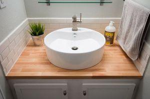 Накладна раковина також добре підходить для ванної кімнати.