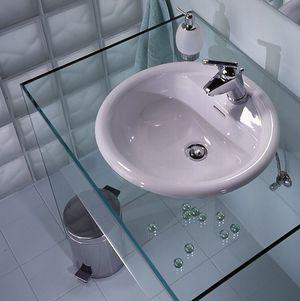 Скляна стільниця під раковину - дуже стильний варіант.