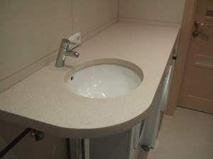 Пластикова стільниця під раковину у ванній - економний і практичний варіант.