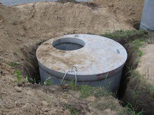Вигрібна яма з бетонними кільцями